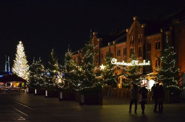 横浜赤レンガ倉庫は、本場のドイツのクリスマスマーケットをイメージしクラシックなイルミを展開