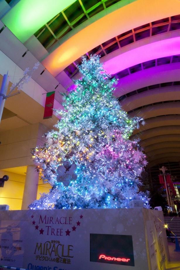 音楽に合わせて、虹色に輝く。雪の結晶モチーフが天井に映し出される演出も
