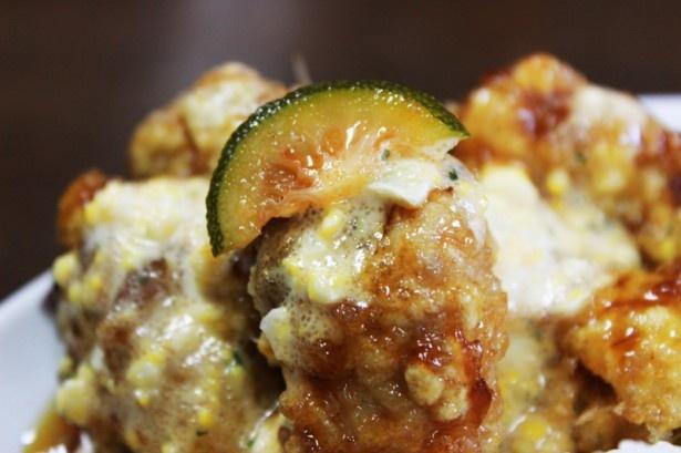 へべすと明太子が混ざった特製タルタルソースは、チキン南蛮カレーと抜群の相性だ