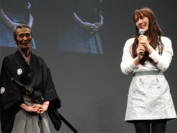 映画「太秦ライムライト」出演の山本千尋(右)も応援にかけつけた