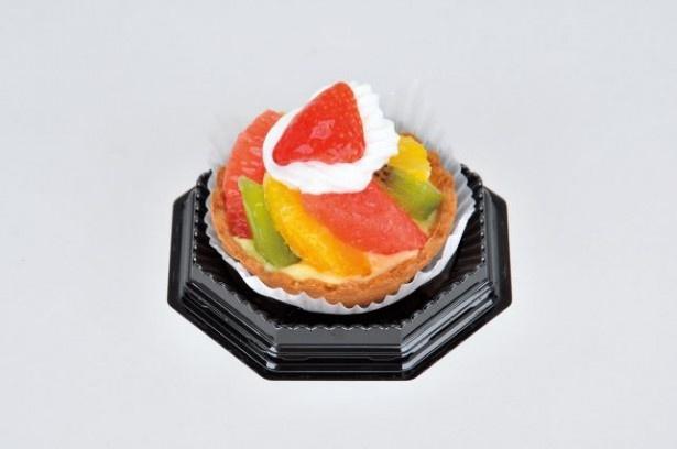 ローソンから12月16日(火)に発売される「キャンドルフルーツタルト」(350円)。中央にイチゴとホイップクリームを飾り、キャンドルに見立てた華やかなタルトだ