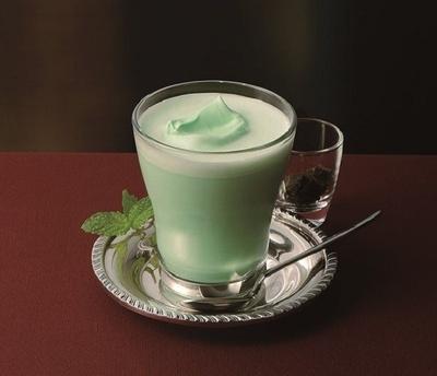 ミントフレーバーのミルクに、別添えのチョコを加える「ホットミントピュア ビターチョコ添え」(390円)。ゆったり味わいたい一品!