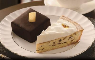 甘酸っぱい味わいの「ラムレーズンのチーズタルト」(写真右・420円)。スクエア型にカット、スタイリッシュな「ザッハトルテ」(同左400円)