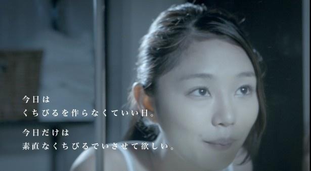 【写真を見る】「Part1 ハミガキ」で魅力的な唇を披露する小西キス