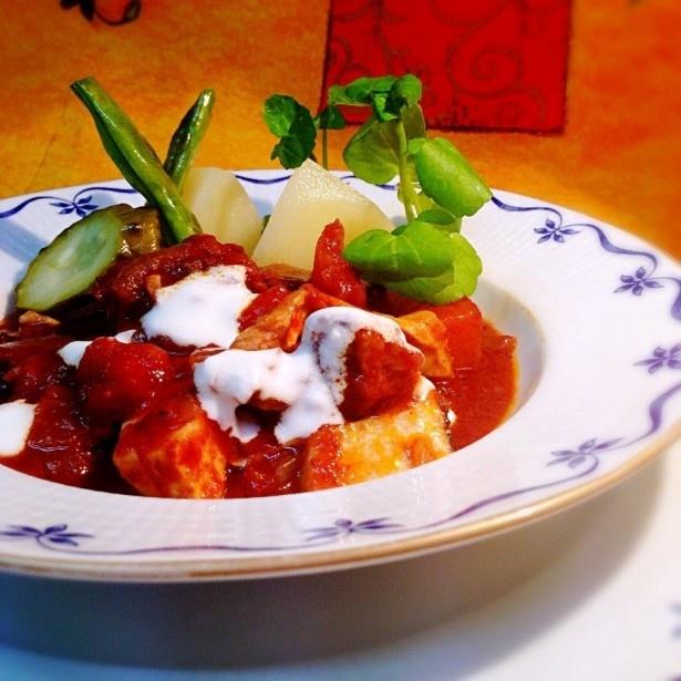 トナカイの煮込みポテト添え(一皿1500円)。トナカイと根菜を赤ワインで煮込んだシチューで、ピークパフォーマンス キッチンで販売。鹿肉の煮込みポテト添え(1皿1200円)もあり