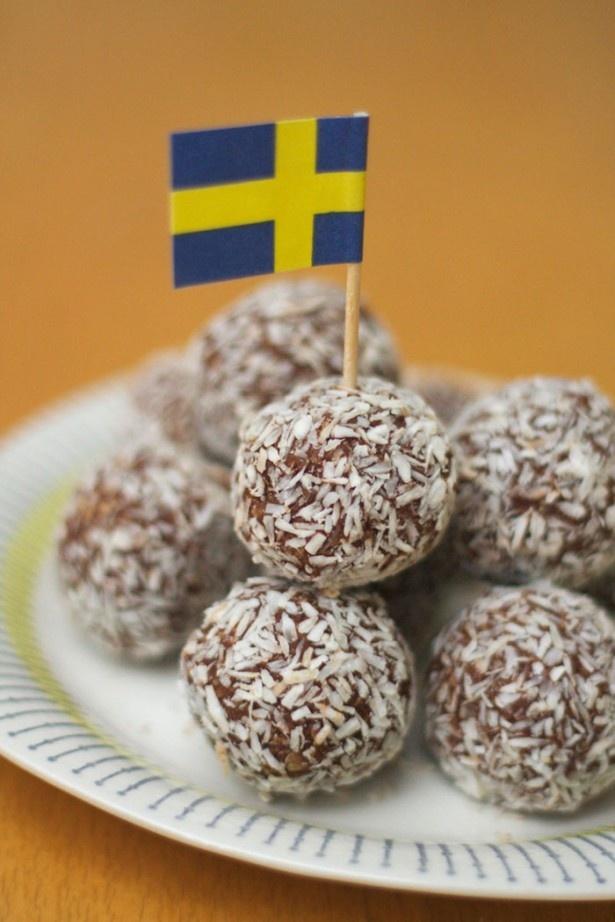 ショクラードボッラル(1個150円)。オートミールにスウェーデン産のココアとバターを混ぜて練り合わせたチョコレートボールに、ココナッツフレークをまぶした菓子