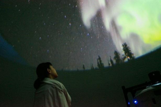 ミニドーム形のプラネタリウムでオーロラを疑似体験!上映時間10分。先着順(無料)で1回の定員は15名