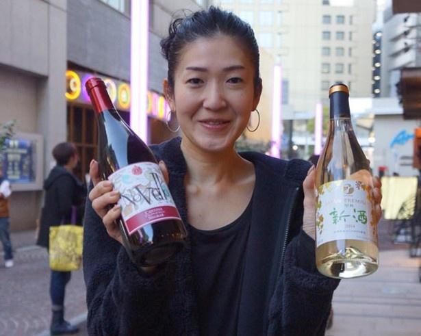 ことしのヌーボーワインを持つチッタ エンタテイメントの安藤さん。「フランスはもちろん、イタリアや日本のワインでもオススメな品種は多数ありますので、お待ちしています」