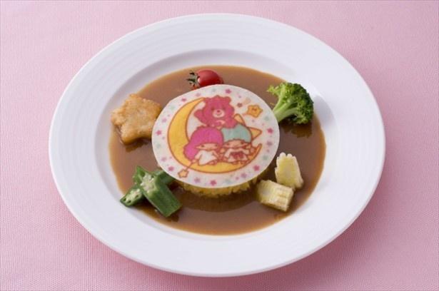 【写真を見る】通常の食べ放題メニューに1品加えることができるスペシャルなメニュー!「サフラン風味のリゾット カレーソース 彩り野菜添え」