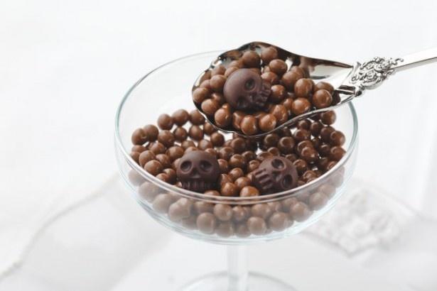 「ベイビースカル(スイート&キャラメル)」(1836円)の小瓶には、小さなスカル形チョコレートと、キャラメル風味の小粒チョコレートがぎっしり詰まっている