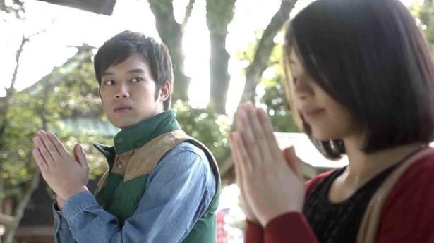 三浦演じる設計士・周平は、日系タイ人のホステス・カレン(キタキ)と幼なじみの女性・洋子(浦井なお)との間で揺れ動く