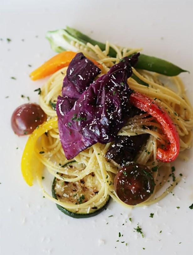 カラフルな野菜をふんだんに盛り付けている「彩り野菜のペペロンチーノ」(1512円)