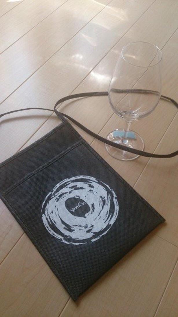 会場では来場者全員にオリジナルワイングラスとホルダーがプレゼントされる