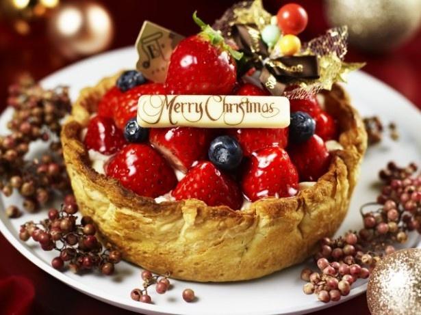 クリスマスバージョンの「季節限定 たっぷり苺とベリーの贅沢チーズタルト」(2700円)は、真っ赤なイチゴとオーナメントで華やかに飾りつけた