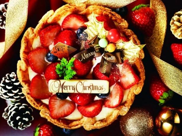 【写真を見る】クリスマスバージョンの「季節限定 たっぷり苺とベリーのチーズタルト」(1944円)。花びらのようにあしらったイチゴがキュート!