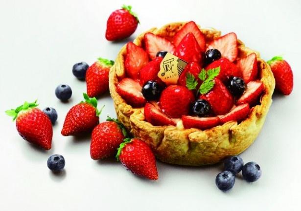 イチゴとブルーベリーを彩り豊かにトッピングした「季節限定 たっぷり苺とベリーのチーズタルト」(1620円)
