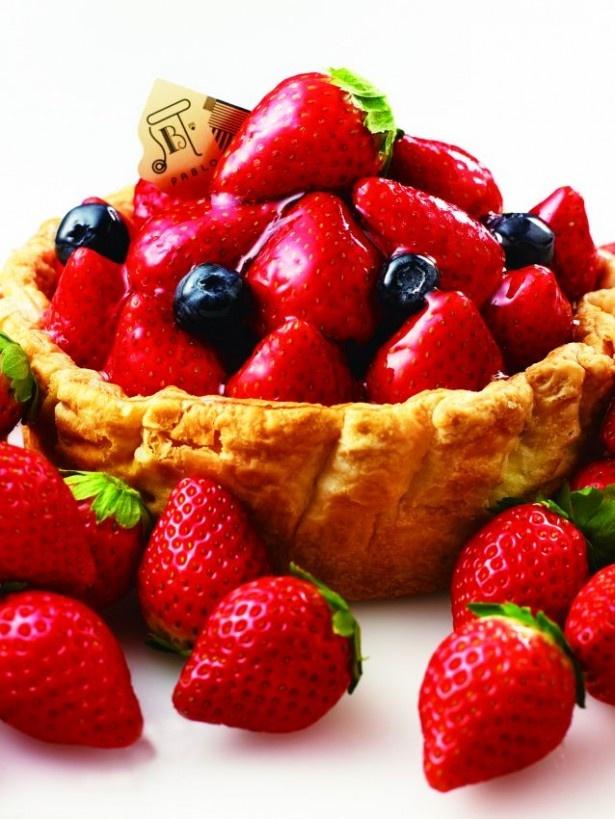 「季節限定 たっぷり苺とベリーの贅沢チーズタルト」(2376円)は、イチゴを丸ごと一粒使用した贅沢な一品
