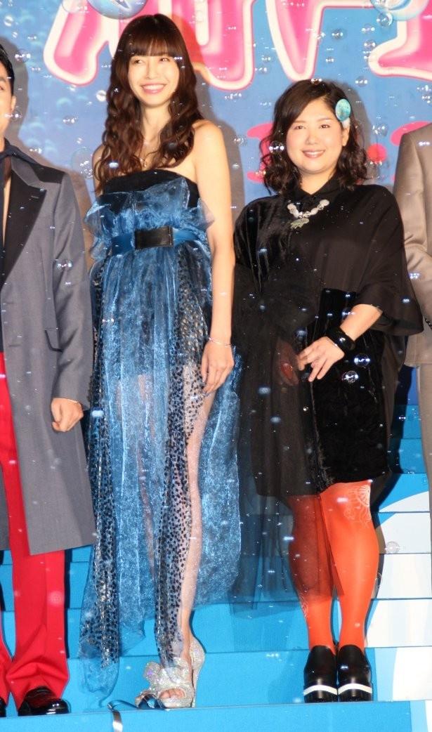 【写真を見る】片瀬那奈は、シースルーのセクシードレスで美脚を披露