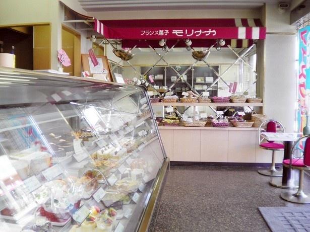 【写真を見る】フランス菓子モリナガの店内のショーケースには、さまざまなスイーツが並ぶ!