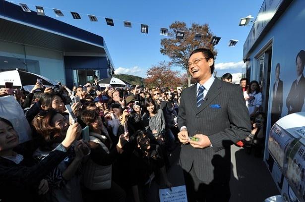 富士川サービスエリアで開催中の「相棒テラス」の視察に来た大河内春樹首席監察官役の神保悟志