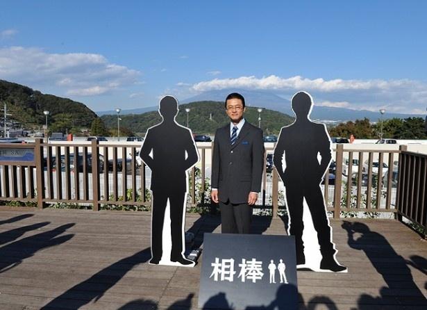 ファンに囲まれる中、富士山をバッグに記念撮影