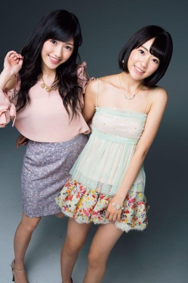 シングル「希望的リフレイン」にて、センターポジションで歌唱する渡辺麻友(左)と宮脇咲良(右)