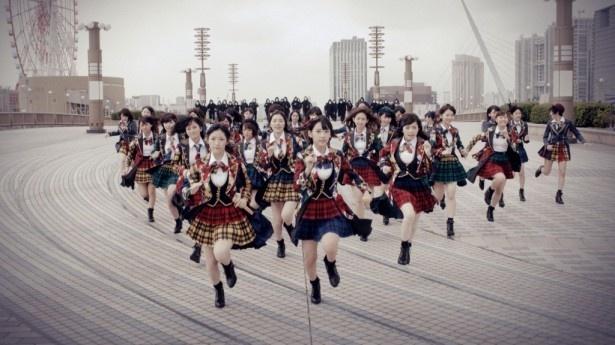 MVより、今作の選抜メンバーが全員で走るシーン。ややぎこちない!?宮脇(前列右)は後ろから走るメンバーにすぐ追い抜かれたそう