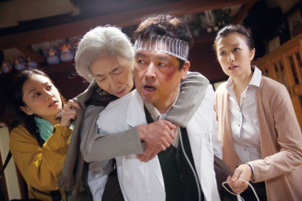仙台市街で川島医院を開く夫・貞一(三浦友和)