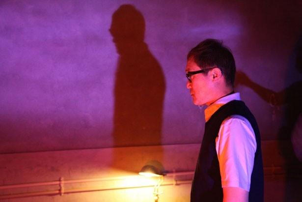 佐野史郎が演じるのはサラの父親・充。望人は彼に監禁されていた