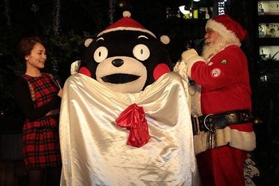 自ら袋に入り「クリスマスプレゼントになるんだモン」とアピールするモンタクロース(くまモン)