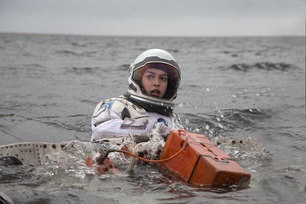 宇宙船に乗り込むクルー役のアン・ハサウェイ。「またいつか共演したい」とジェシカ