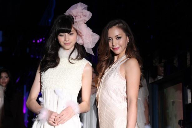 「クラゲ万華鏡トンネル」プレス向けのイベントに登場した中条あやみ(左)と土屋アンナ(右)