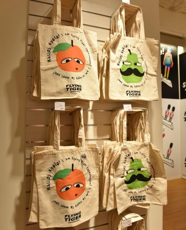 京都河原町ストア限定のバッグ(300円)は土産に最適※商品は掲載時のもの。在庫切れの可能性あり