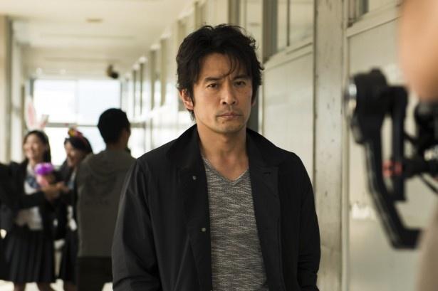【写真を見る】娘の死の謎を追う安藤聡役の内野聖陽