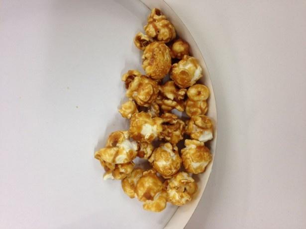 【写真を見る】マッシュルーム形のポップコーンに、キャラメルソースをたっぷりコーティング!濃厚な味わいがクセになる