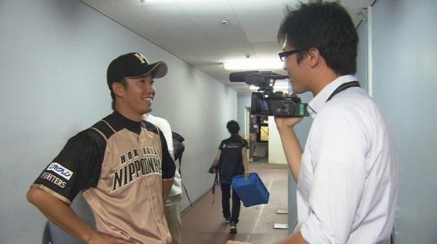 「斎藤佑樹が凄くないわけない」より、松本和将ディレクター(写真右)からインタビューを受ける斎藤佑樹選手(写真左)