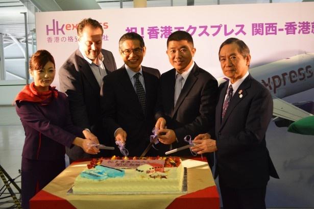 【写真を見る】1周年を祝して大阪のシンボル、大阪城をかたどったケーキをカット