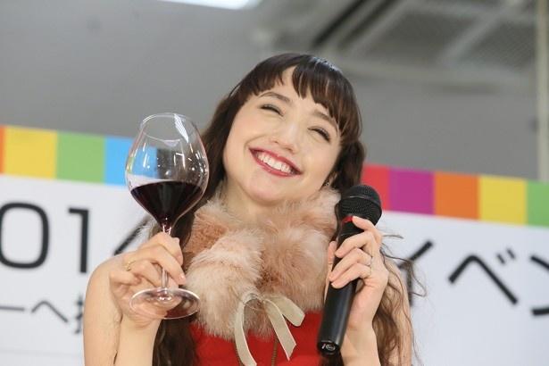 【写真を見る】「このままのテンションじゃ眠れない!」とワイン片手に恍惚の表情を見せる豊田エリー
