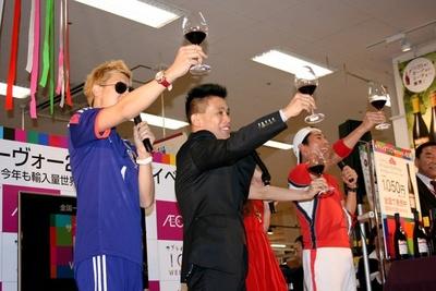 いち早くボージョレ・ヌーヴォーを求めてやってきた一般客とともに乾杯!
