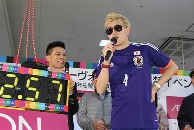 日本サッカー代表の本田圭佑選手など、幅広いモノマネレパートリーを持つむらせも会場を盛り上げた