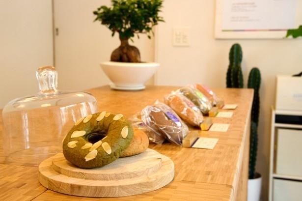 Fusubon Shopでは「フスボン 抹茶カカオwithアーモンド」(454円)など6種類のオリジナルふすまパン「フスボン」がオシャレに並ぶ