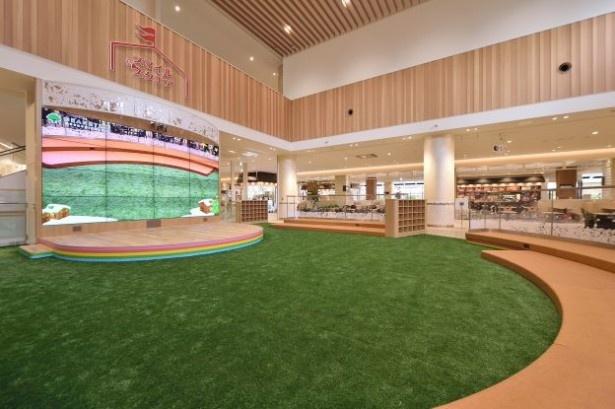 ファミリーのための多目的スペース、スマイルスクエアには人工芝と大型マルチモニターが!