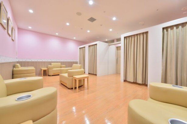 開放的なオープンスペースと個室を用意したベビールーム