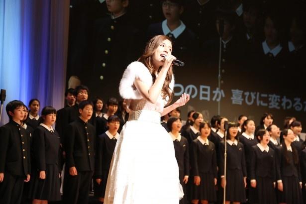 【写真を見る】式典のフィナーレでは、生徒たちと「Believe」を合唱