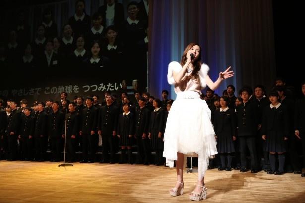 式典後、「生徒さんたちと一緒に『Believe』を歌えたことは素敵な経験でした」と告白