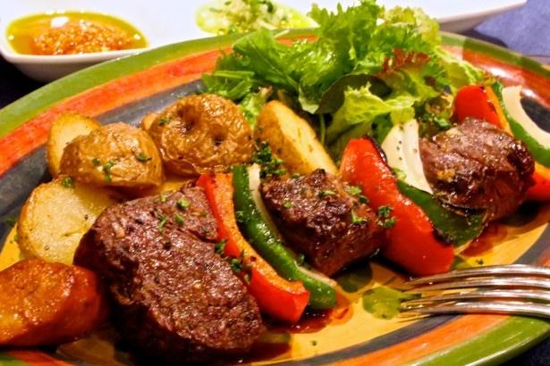 【写真を見る】日本一の和牛を使った「長崎和牛のエスペラーダ(炭火串焼き)」は、ポルトガル料理の代表的なソースをかけて食べる