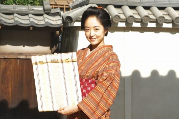 岡田准一から贈られた、博多織の帯を手にする井上真央