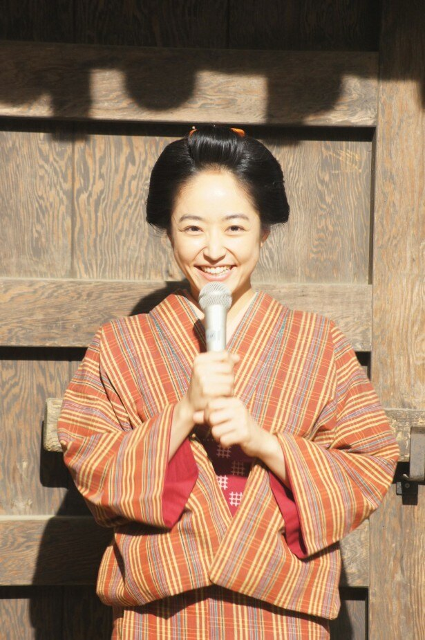 【写真を見る】大河ドラマのバトンタッチセレモニーにて、笑顔を見せる井上真央