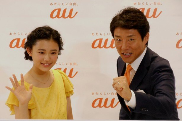 「au SHINJUKU」オープニングセレモニーに出席した杉咲花(左)と松岡修造(右)