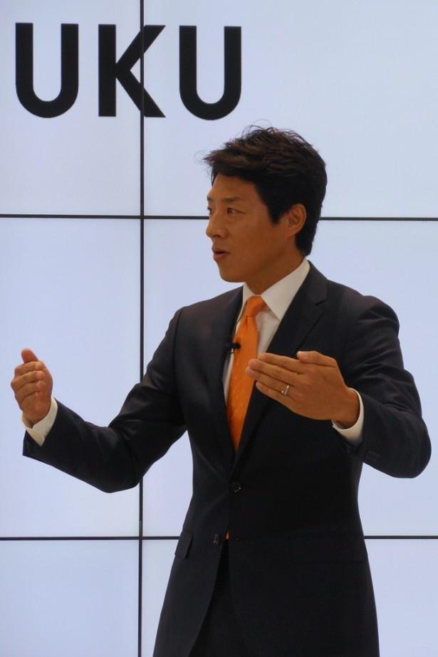 「この『au SHINJUKU』は日本一ではなく世界一を目指してほしい」と熱く語る松岡
